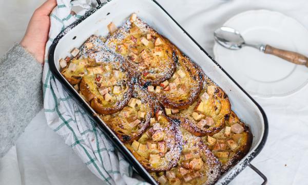 Verloren brood in de oven met appel en peer